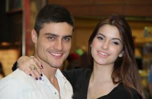 Guilherme Leicam vai com a namorada, Bruna Altieri, à estreia de peça no Rio