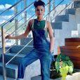 Paula Fernandes é fã de produções que aliam conforto e tem um toque fashionista: em um aerolook, ela se mostrou antenada com a trend dos lenços