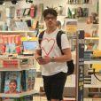 José Loretp, dentro de livraria, apareceu com aliança à mostra