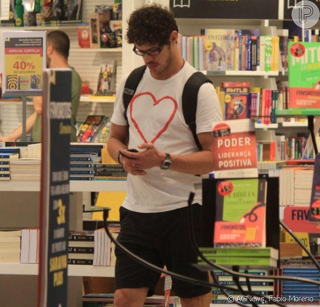 José Loreto volta a aparecer usando aliança durante passeio em shopping nesta sexta-feira, dia 05 de abril de 2019