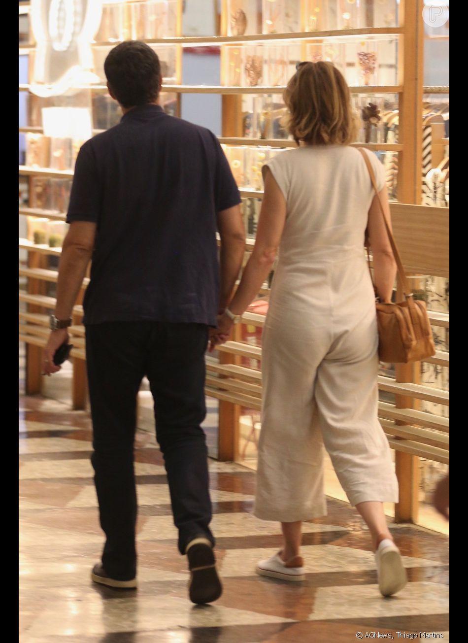 William Bonner e Natasha Dantas são fotografados de mãos dadas no shopping da Gávea, Zona Sul do Rio de Janeiro