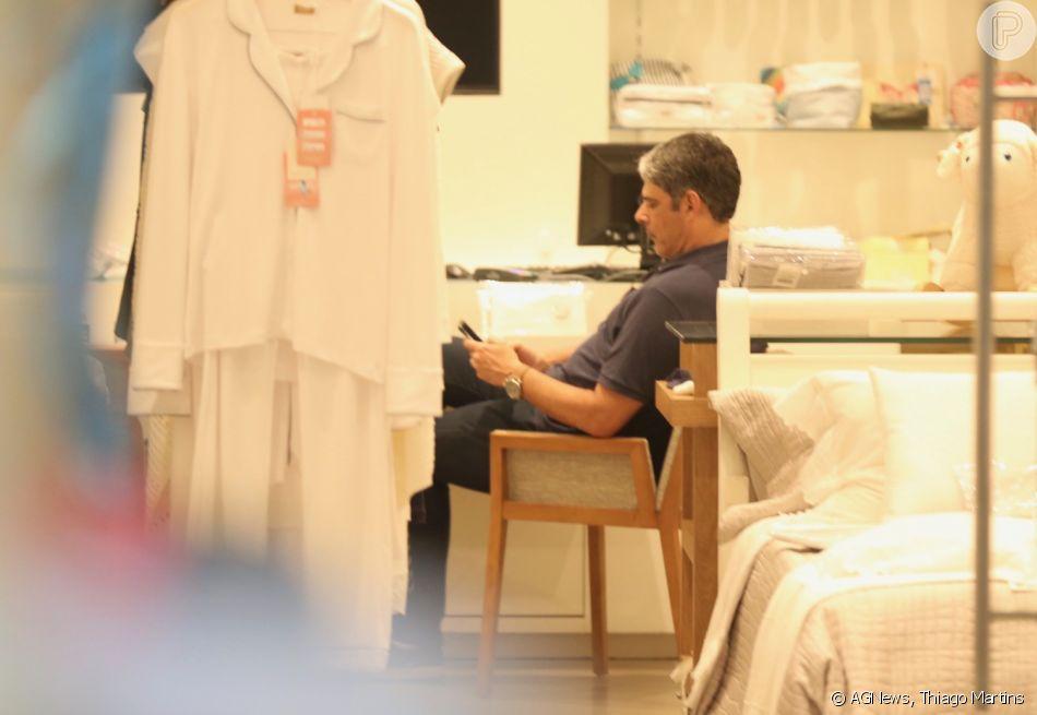 William Bonner aguarda a mulher, Natasha Dantas, durante compras em loja de cama, mesa e banho