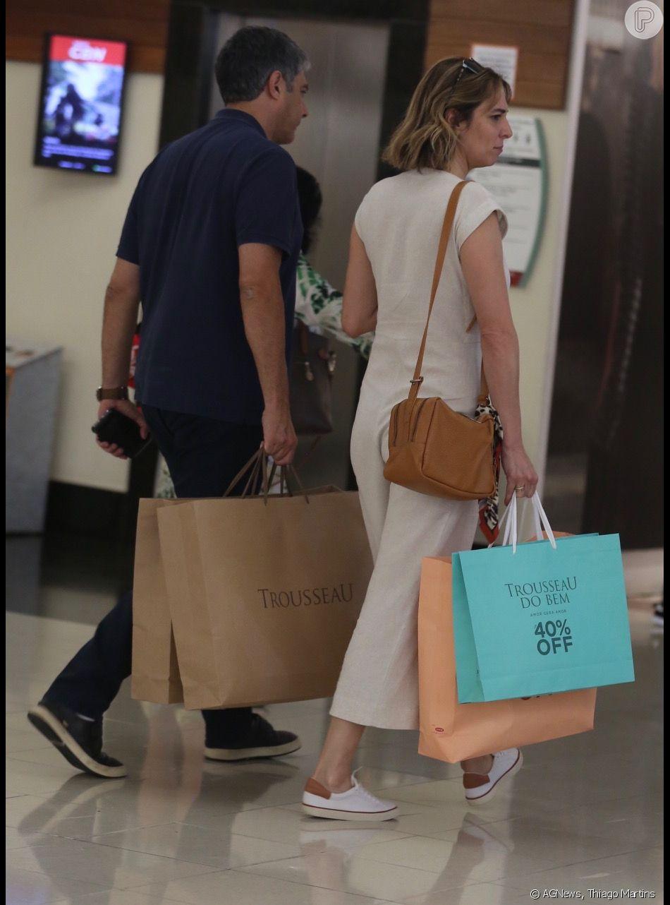 William Bonner e Natasha Dantas deixam loja com sacolas