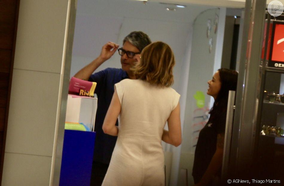 William Bonner experimenta óculos em ótica ao lado da mulher, Natasha Dantas