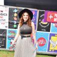 Looks dos famosos do Lollapalooza: Ana Clara apostou em saia-midi plissada prateada, dad sneaker, top cropped e chapéu fedora. Uma trend que muita gente ama