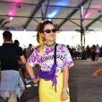 Looks dos famosos do Lollapalooza: Mais Silva apostou em t-shirt em tye die, saia amarela, bandana amarrando os cabelos e pochete roxa