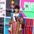 Looks dos famosos do Lollapalooza: toda grifada de Gucci, Fernanda Paes Leme apostou no mix de cores para curtir o festival bem confortável