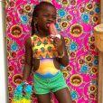 Títi, filha de Bruno Gagliasso e Giovanna Ewbank, usa roupa de praia com estampas e muitas cores, tudo que ela gosta. O neon, presente no maiô da menina foi tendência no verão e tem tudo para continuar aparecendo muito no inverno.