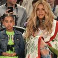 Blue Ivy, filha de Jay-Z e Beyoncé, usou o look para assistir a um jogo de basquete com os pais. A menina usava vestido de babado verde, cor desejo do momento. Para dar um toque mais despojada, ela optou por jaqueta jeans e tênis.