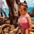Durante viagem para Fernando de Noronha com os pais, Bruno Gissoni e Yanna Lavigne, Madalena exibiu maiô que combinava listras e babados, uma das tendências da próxima estação.