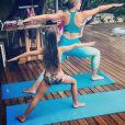 Na hora de relaxar, Eva, filha de Luciano Huck e Angélica, não dispensou a moda. A menina foi clicada praticando Yoga ao lado da mãe e além do penteado, com diversas tranças na parte da frente, ela optou por bíquini com estampa tropical.