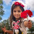 Maria Flor, filha de Deborah Secco, foi com a mãe para Disney. O local, claramente teve influência no guarda-roupa da menina e ela apostou no poá, estampa característica da Minnie, personagem de Walt Disney.