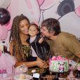 Yolanda, filha de Juliana Alves, combinou preto e rosa em look para comemorar o aniversário. Os destaques da produção ficaram por conta do arco, também em tom de rosa, e a jaqueta de couro que a filha da atriz usou.