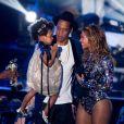 Blue Ivy foi com o pai, Jay-Z, até o palco para homenagear o pai durant premiação. Para a ocasião, a pequena usava vestido acetinado, laço na cabeça e seu cachos soltos. Nos pés, a menia usou sapatilhas metalizadas, em prata.