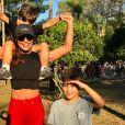 Pedro e Antônio, filhos de Juliana Paes, mais uma vez apostaram em looks com pegada esportiva para passearem com a mãe. Camisa e tênis são elementos que com certeza não faltam no guarda-roupa dos meninos.