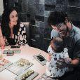 Bella, filha de Débora Nascimento e José Loreto, elege macacões com estampa de bichinhos em passeios com os pais