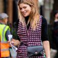A belt bag é uma versão de pochete que parece um cinto e pode ser usada com vestidos xadrez no inverno