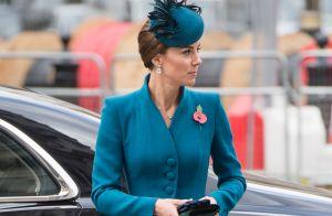 Toda combinadinha, Kate Middleton usa vestido casaco e fascinator da mesma cor