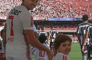 Filho de Patricia Abravanel usa blusa com foto de Pato estampada: 'Senor torceu'