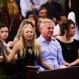 Filha de Carol Bittencourt foi apoiada por amigos na missa de sétimo dia da mãe