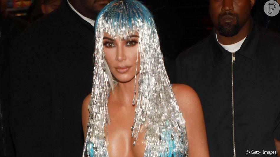 Kim Kardashian aderiu à touca para complementar look com vestido de látex