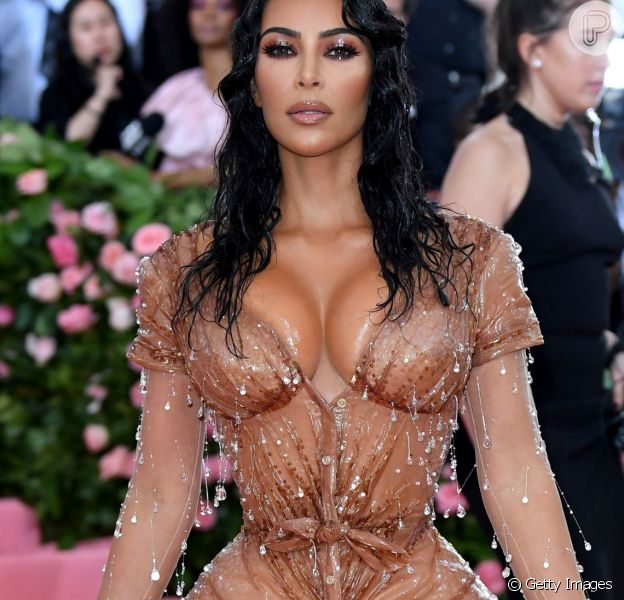 Kim Kardashian contou em vídeo o segredo por trás de sua cintura e as consequências que ele causou durante o MET Gala 2019.