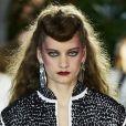 Maquiagem da Louis Vuitton teve olho bem marcado definindo o olhar e deixando produção mais rocker