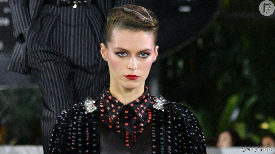 Maquiagem da Louis Vuitton tem beleza dos anos 80 bem definida, mas dá para você copiar com tons mais sutis para adaptar para o dia a dia