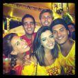 Giovanna Lancellotti posta foto no Instagram com o namorado, Arthur Aguiar, e amigos: 'Amores da minha vida! Amo demais!!'