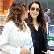De mãos dadas, Ana Carolina e Chiara Civello são clicadas em aeroporto. Fotos!