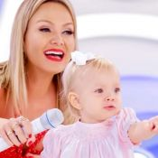 Eliana mostra a filha, Manuela, com presente dado por Sabrina Sato e Zoe. Foto!