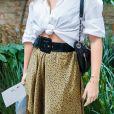 A saia de oncinha pode compor um look minimalista e fashion com camisa social branca
