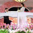 Zilu Godoi recebe uma flor vermelha durante desfile de noivas nos Estados Unidos