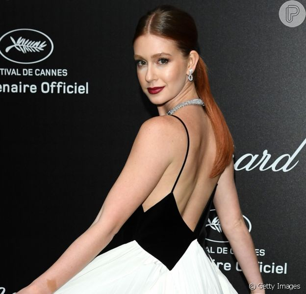 No Festival de Cannes, Marina Ruy Barbosa apostou no clássico rabo de cavalo de forma elegante, com risca central e bem liso