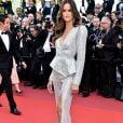 Izabel Goulart deixou os cabelos soltos com ondas volumosas para o Festival de Cannes 2019