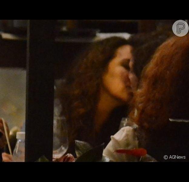 Ana Carolina troca beijos com a namorada italiana em restaurante no Rio