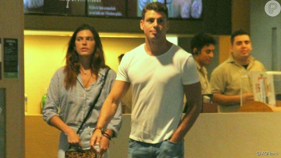 Cauã Reymond e Mariana Goldfarb são fotografados em cinema no Rio