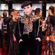 Look de Sabrina Sato teve suspensório e lenço de animal print em visual total black da apresentadora em evento da grife Dolce & Gabbana, no Shopping JK Iguatemi, em São Paulo