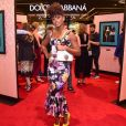 Vestido florido da atriz Erika Januza foi ornado com scarpin amarelo para evento da grife Dolce & Gabbana