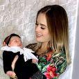 Filha de Thaeme, Liz, dá um show de fofura nas fotos postadas pela mãe