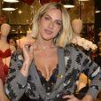 No Dia dos Namorados, Giovanna Ewbankcostuma receber girassóis de presente de Bruno Gagliasso