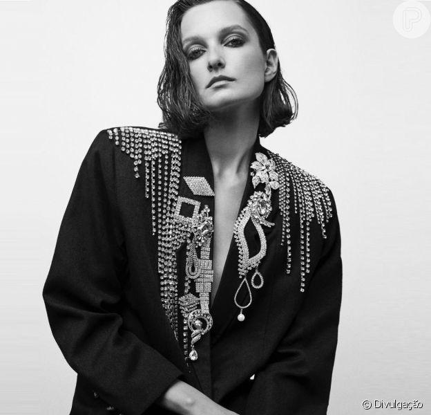 Jaquetas e brincos de strass elevam o frio à máxima potência do glamour!