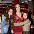 Viúva de Ricardo Boechat, Veruska Seibel Boechat ganhou abraço das filhas, Valentina e Catarina, em lançamento de livro