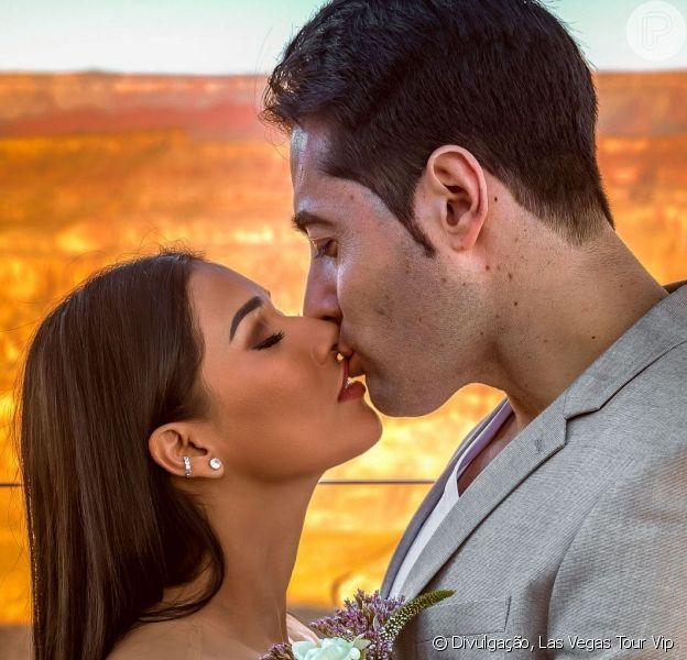Marido de Simaria, Vicente, sem camisa em foto, ganha abraço da cantora nesta quarta-feira, dia 12 de junho de 2019