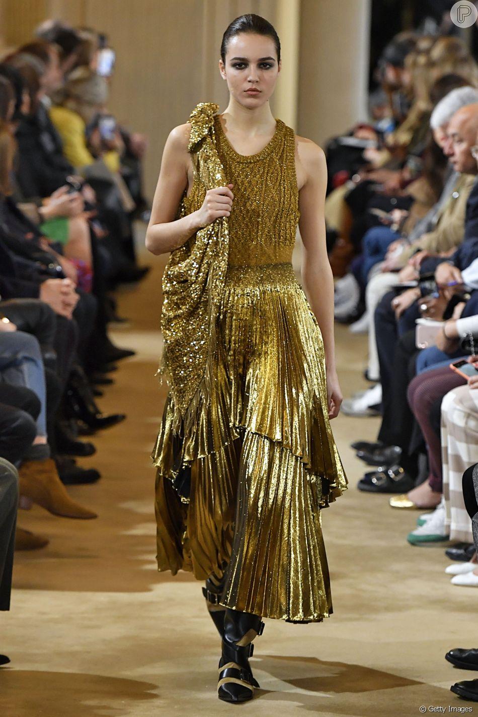 Dourado é tendência neste inverno: ultramoderno o look da Altuzarra mistura tricô com lamê