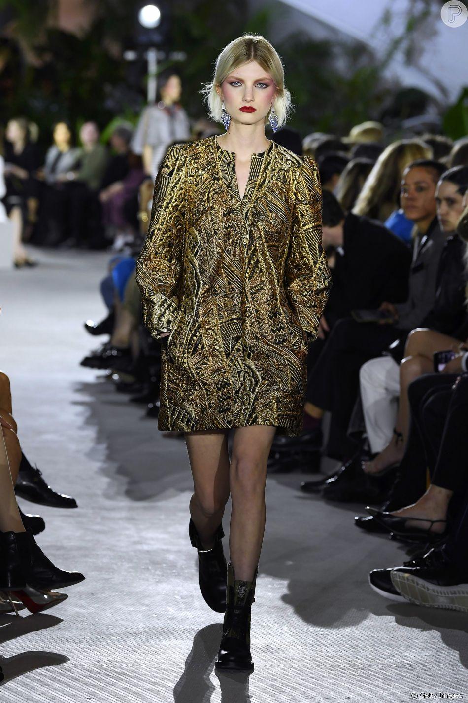Vestido brocado da Louis Vuitton fica mais despojado com coturno
