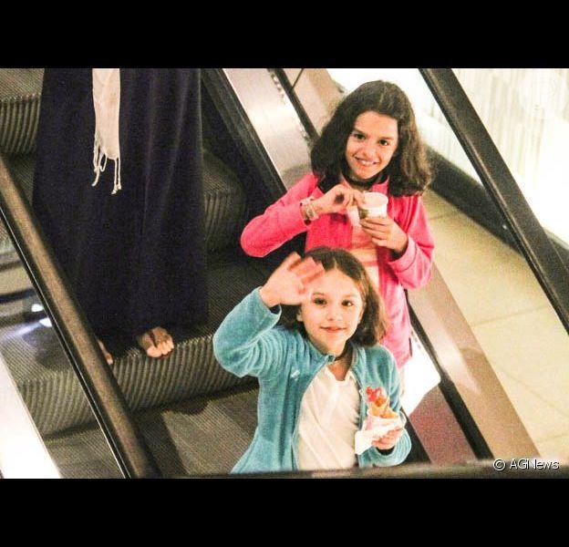 Gêmeas de Bianca Rinaldi acenam para paparazzo em passeio com a mãe