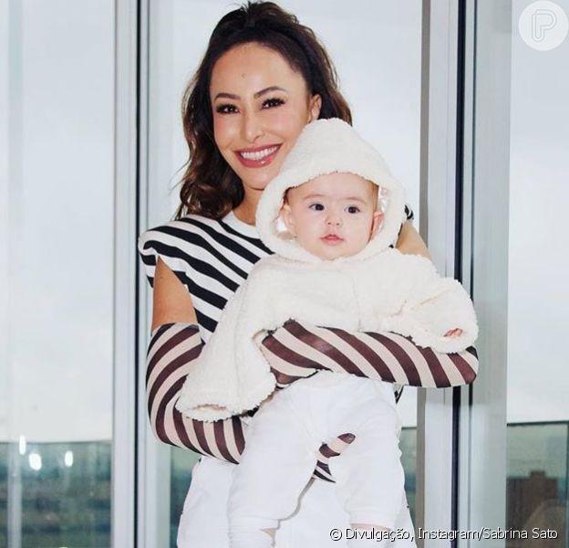 De mãe para filha: Sabrina Sato veste Zoe com look que era seu na infância neste sábado, dia 15 de junho de 2019