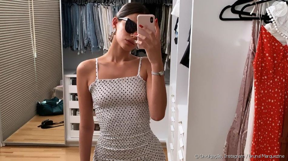 Bruna Marquezine apareceu experimentando um vestido colado ao corpo nesta terça-feira, 18 de junho de 2019