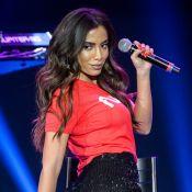 Com look transparente, Anitta rebola de biquíni neon grifado em bastidor de show